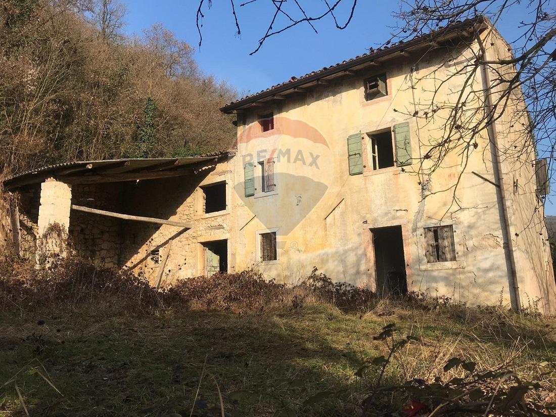 Rustico / Casale in vendita a Mezzane di Sotto, 8 locali, prezzo € 299.000 | CambioCasa.it