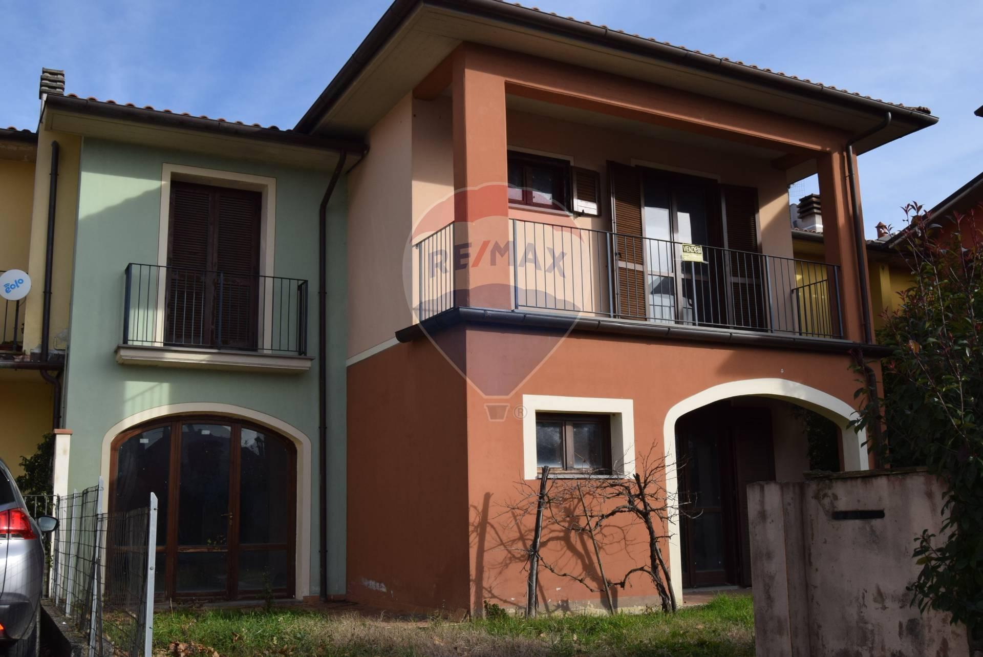 Villa a Schiera in vendita a Barga, 9 locali, prezzo € 130.000   CambioCasa.it