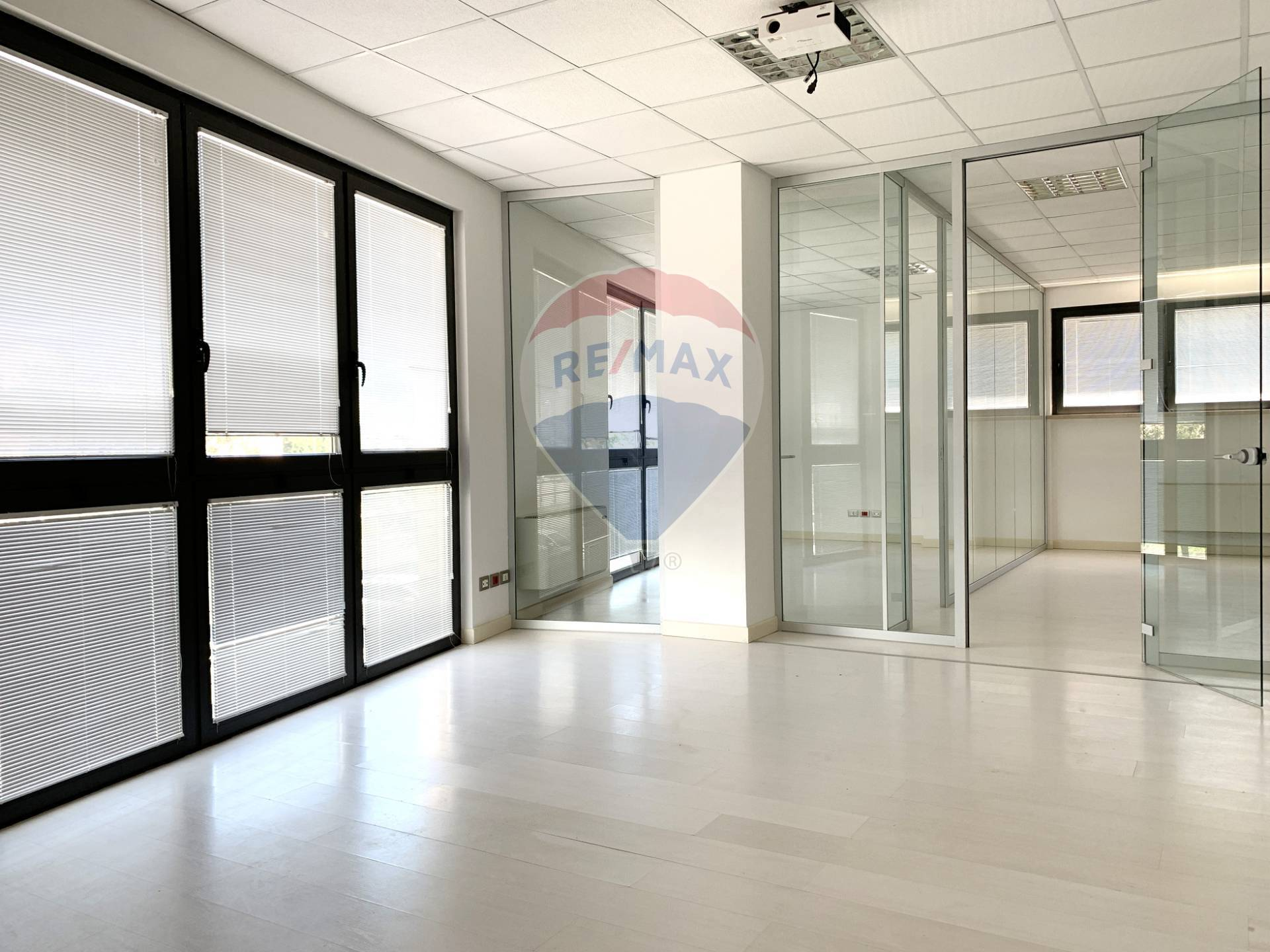 Ufficio / Studio in vendita a Salò, 9999 locali, zona ttone, prezzo € 399.000 | PortaleAgenzieImmobiliari.it