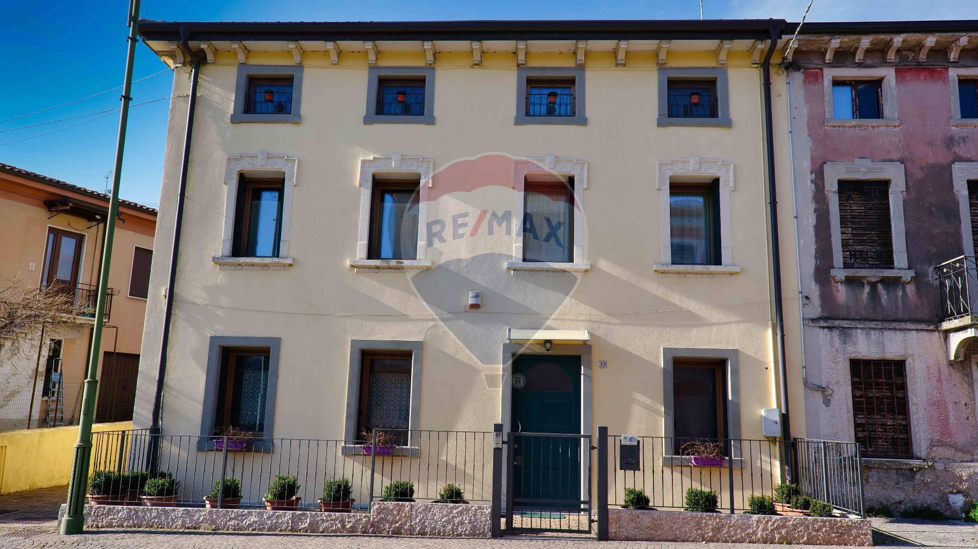 Rustico / Casale in vendita a Pastrengo, 5 locali, prezzo € 370.000 | CambioCasa.it