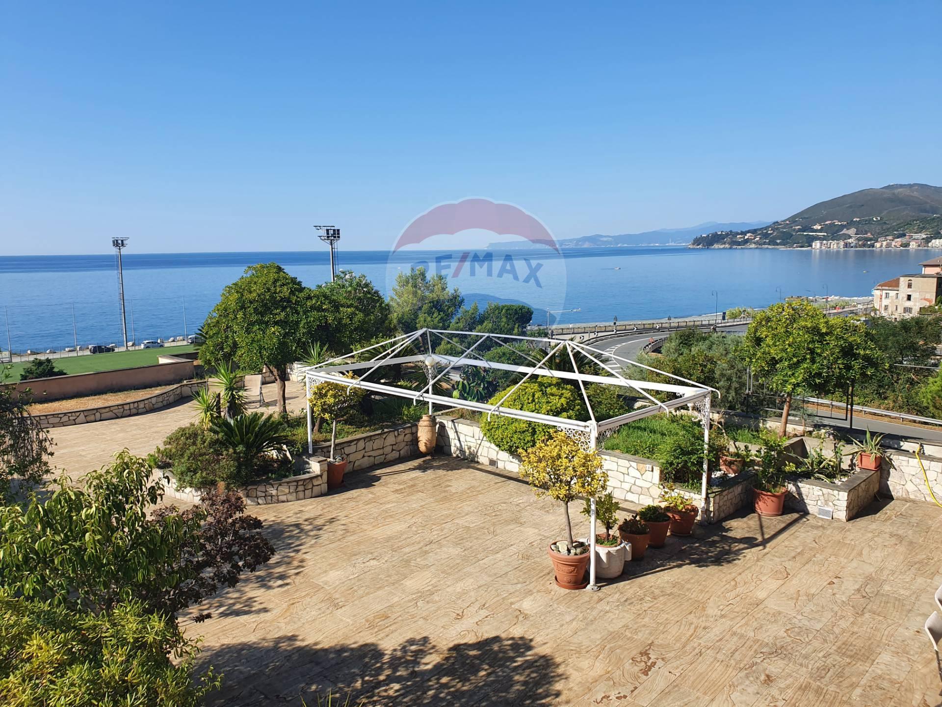 Appartamento in vendita a Arenzano, 7 locali, zona Località: PinetadiArenzano, prezzo € 590.000 | CambioCasa.it