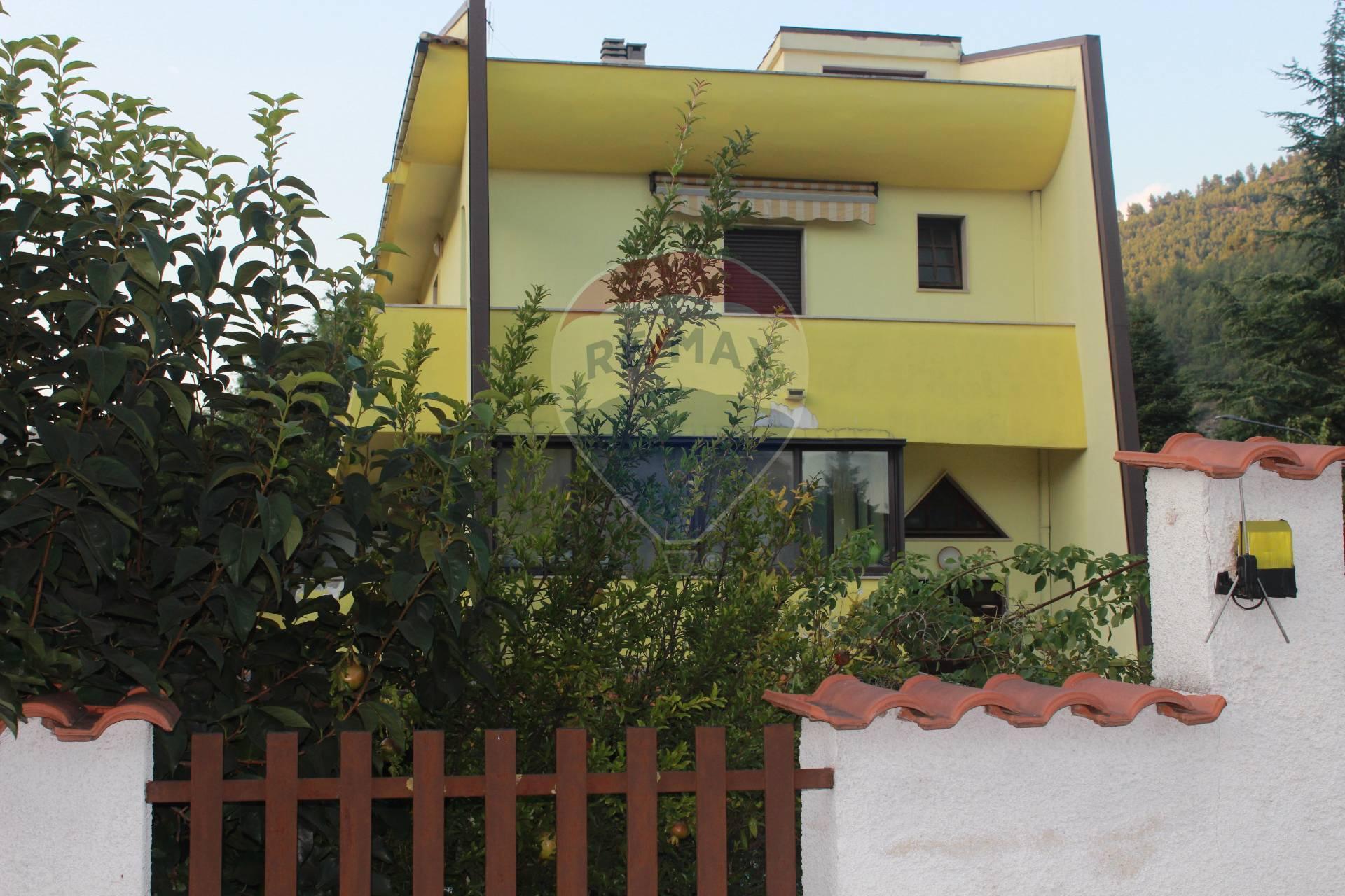 Villa in vendita a Popoli, 8 locali, prezzo € 220.000 | CambioCasa.it