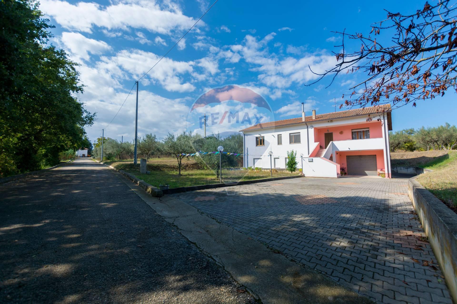 Villa in vendita a Rocca San Giovanni, 12 locali, prezzo € 190.000 | CambioCasa.it