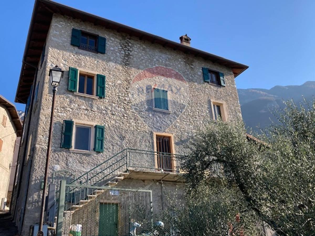 Rustico / Casale in vendita a Brenzone, 6 locali, prezzo € 300.000 | CambioCasa.it