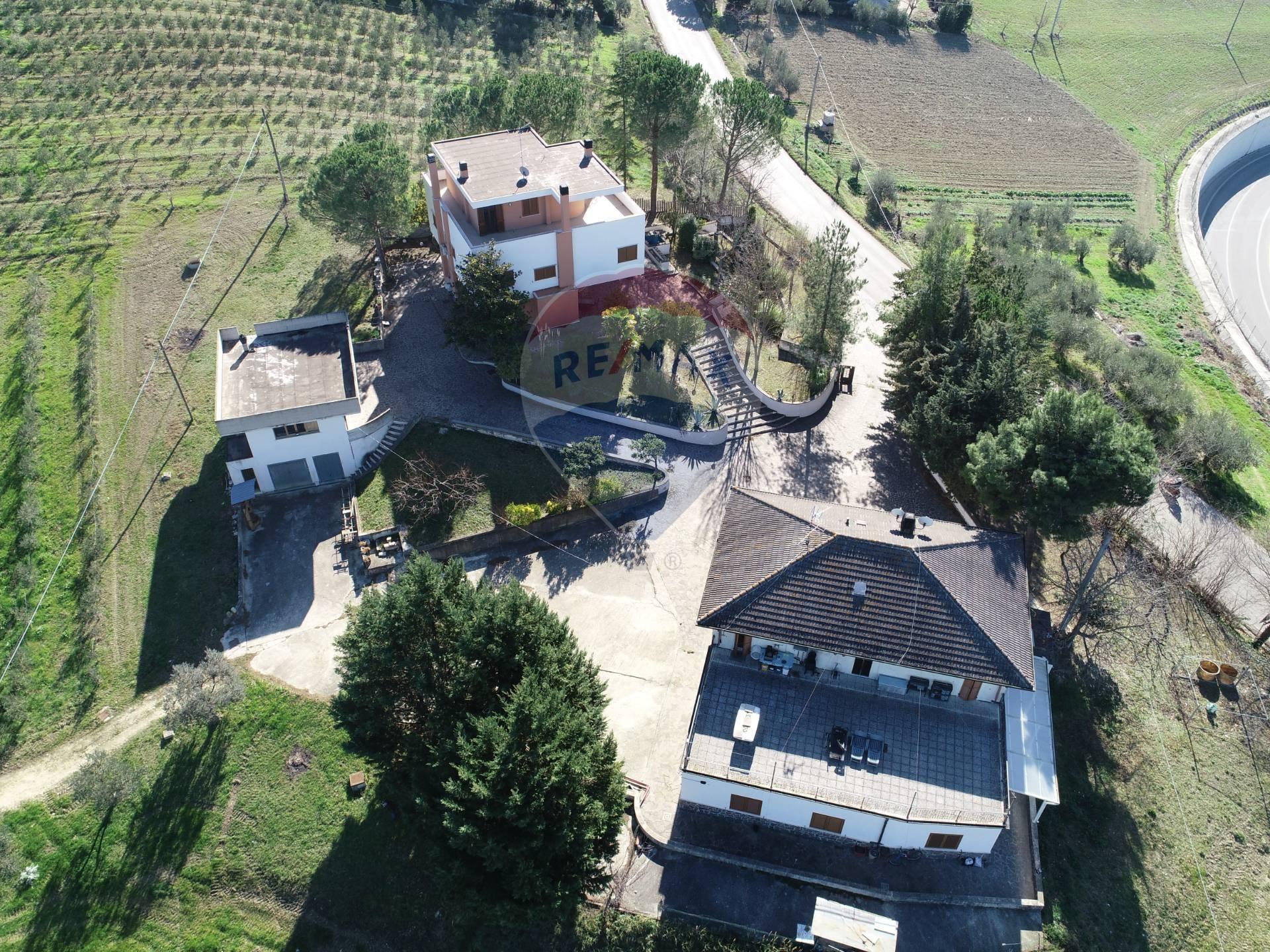 Rustico / Casale in vendita a Bucchianico, 21 locali, prezzo € 750.000 | CambioCasa.it
