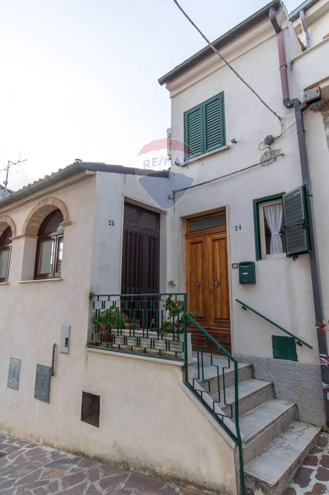 Soluzione Semindipendente in vendita a Alanno, 8 locali, zona Zona: Macerine, prezzo € 60.000 | CambioCasa.it