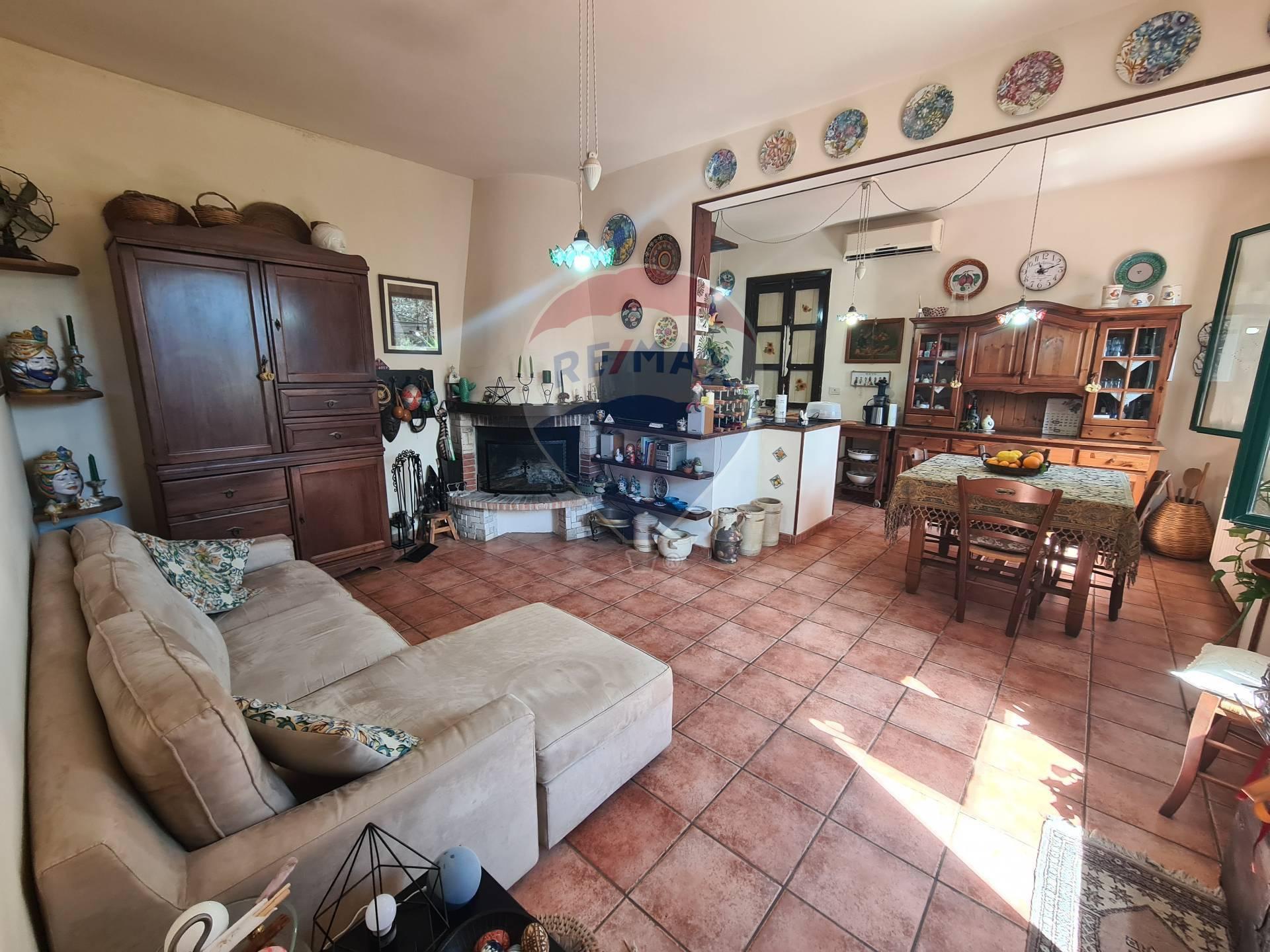 Rustico / Casale in vendita a Chiaramonte Gulfi, 7 locali, zona Zona: Roccazzo, prezzo € 210.000 | CambioCasa.it