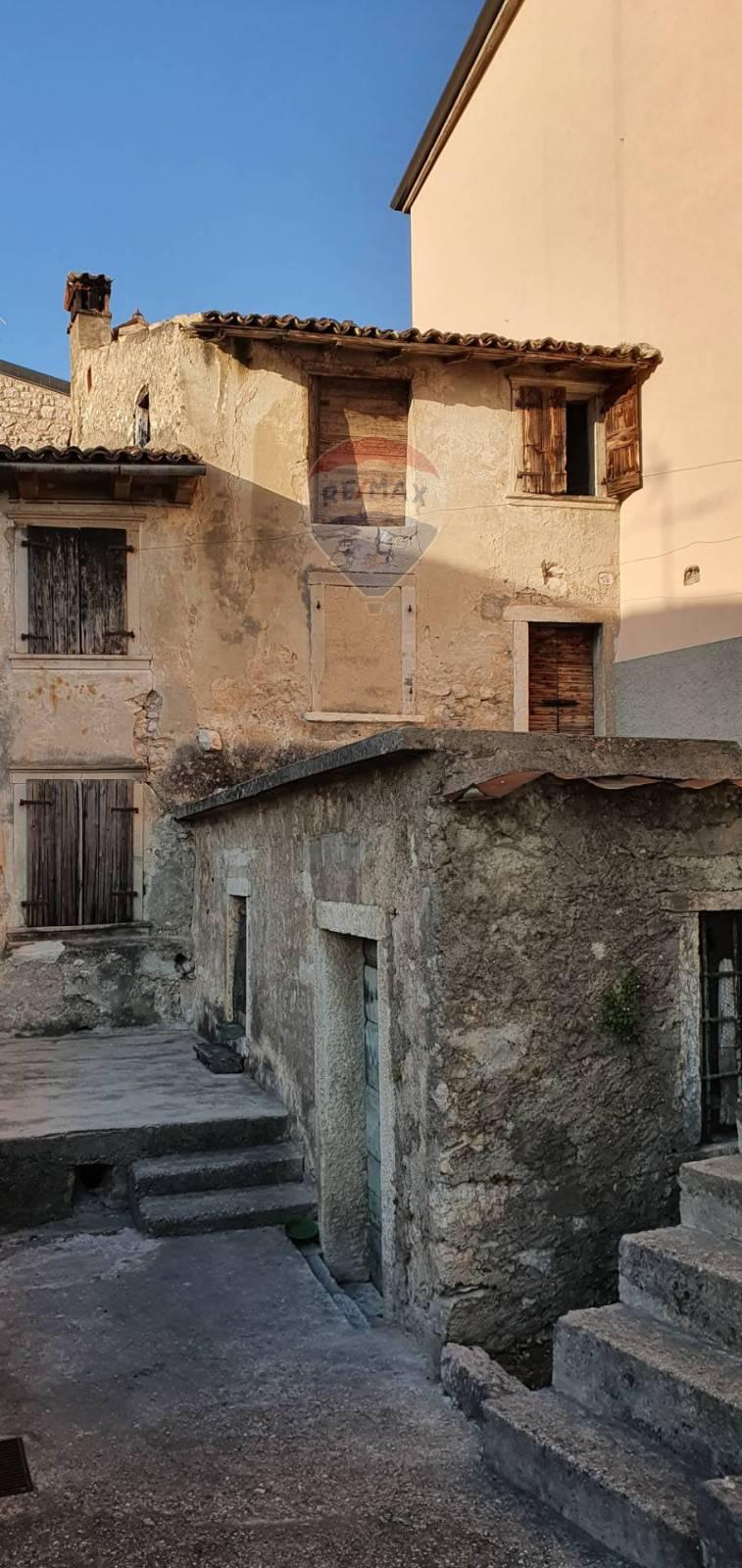 Rustico / Casale in vendita a Brenzone, 7 locali, prezzo € 175.000 | CambioCasa.it