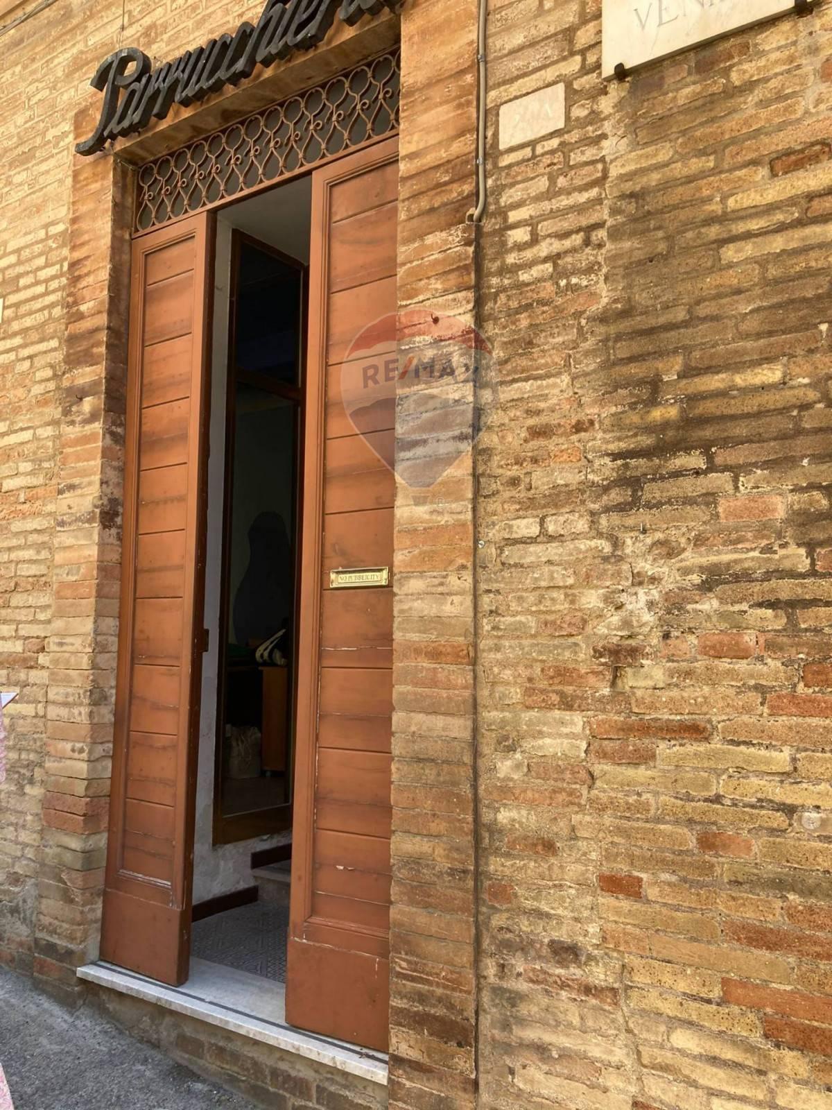 Negozio / Locale in affitto a Recanati, 9999 locali, prezzo € 370   CambioCasa.it
