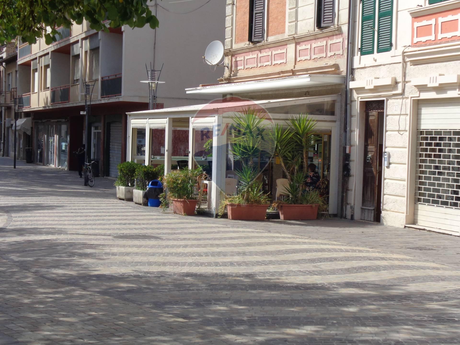 Negozio / Locale in affitto a Falconara Marittima, 9999 locali, zona Zona: Centro, prezzo € 1.600 | CambioCasa.it