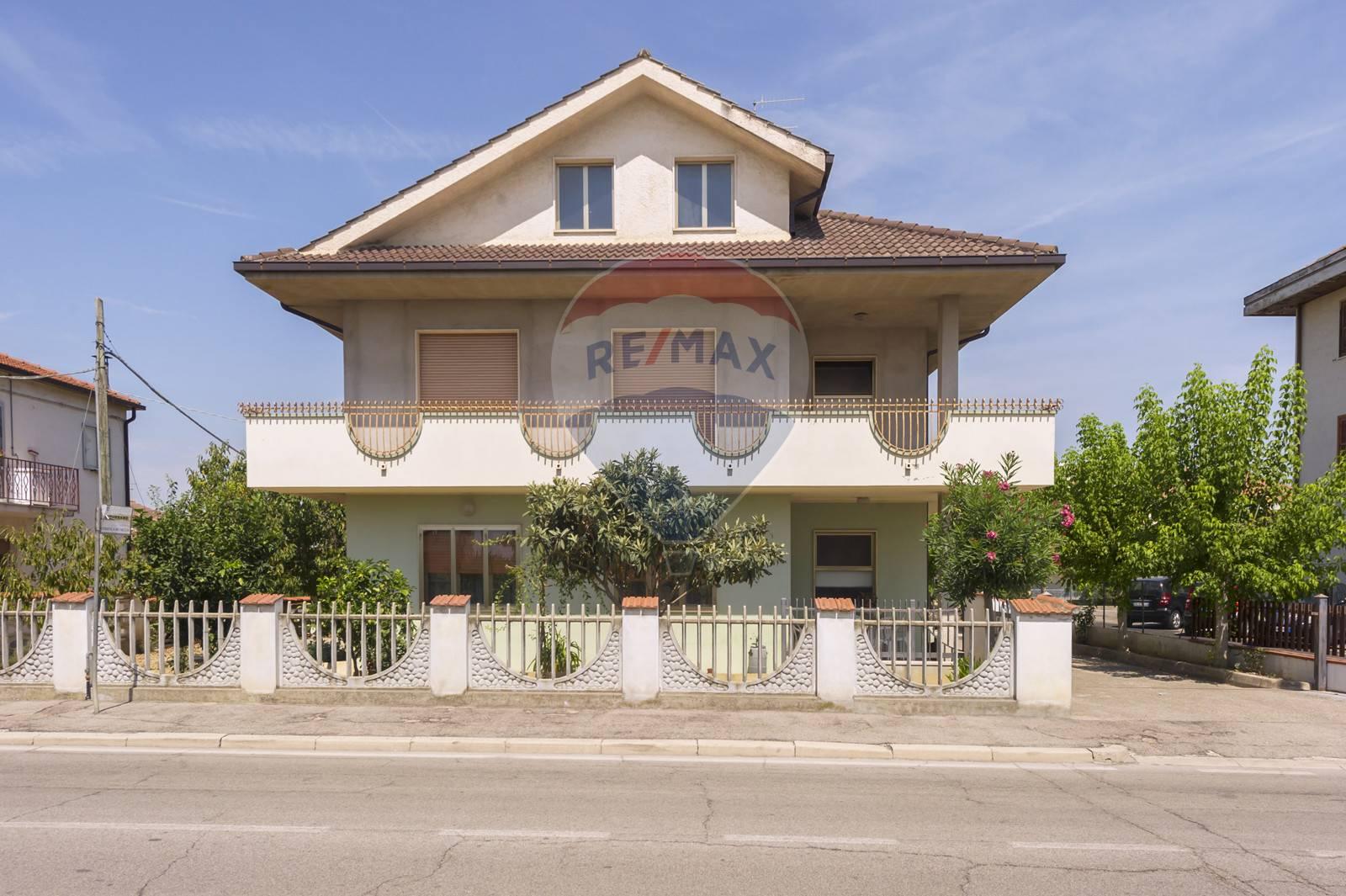 Soluzione Indipendente in vendita a Pianella, 10 locali, prezzo € 335.000   CambioCasa.it